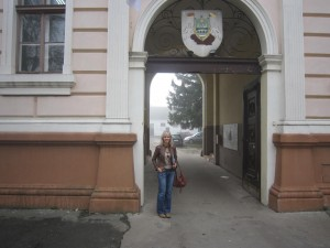 That's me in front of the Srbobran registrar's office, where the lovely, patient Stefanka proved instrumental in my search for Radinka Gavanski.